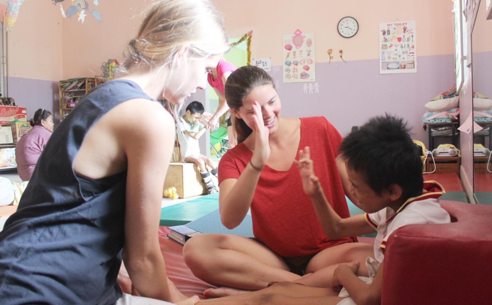 カンボジアで小児患者のリハビリをサポートする理学療法インターン